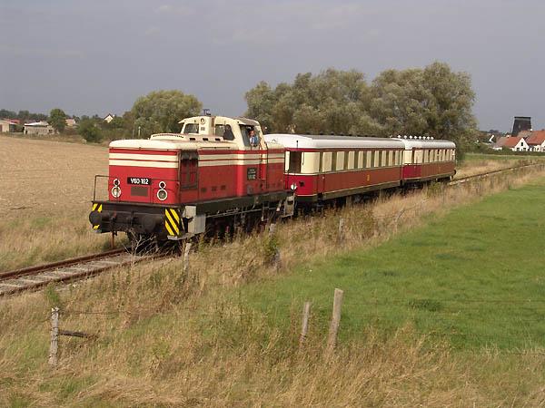 Nach der Ausfahrt aus Wörlitz befindet sich der Zug nun auf freier Strecke.