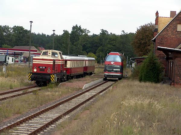 Noch einmal Zugkreuzung in Oranienbaum. Diesmal standen historische und moderne Bahnfahrzeuge nebeneinander.