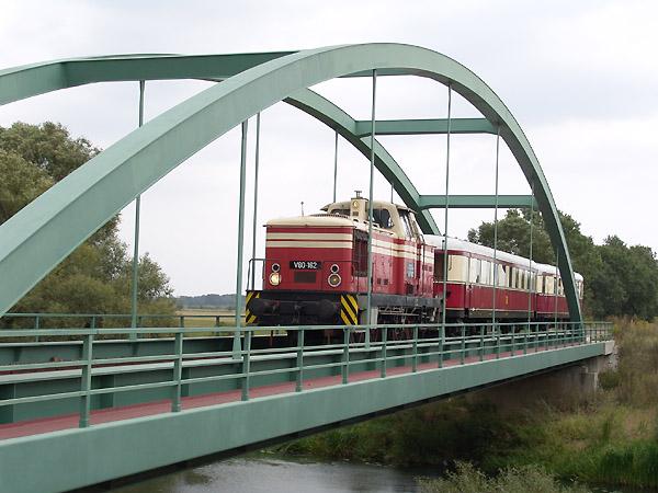 Zwischen Oranienbaum und Dessau fährt der Zug über die Muldebrücke hinweg.