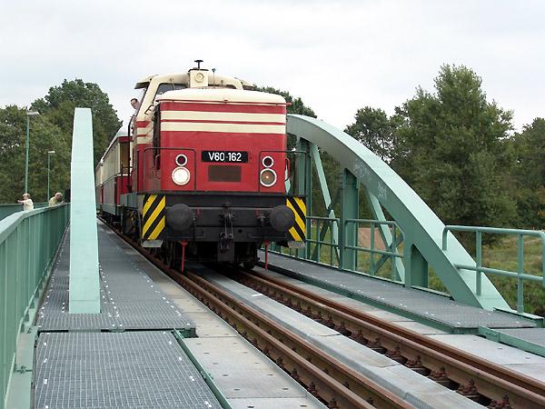 Eine weitere Brücke überspannt die Mulde bei Dessau, die um zuge der Streckensanierung ernuert worden ist. V60 162 befährt nun diese und wird dann Dessau erreichen.