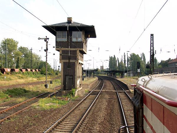 Mit V/Max. 70 km/h durchfährt die V60 162 den Bahnhof von Wolfen und wird nach Greppin den Bahnhof Bitterfeld erreichen.
