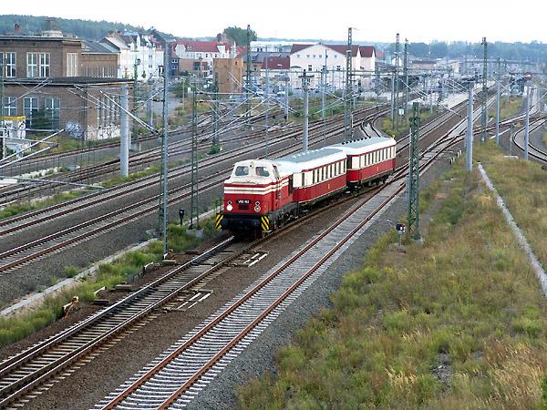 Nach dem Lokumsetzen in Bitterfeld, verlässt der Zug den Bahnhof und fährt als Leerzug zurück nach Dessau.