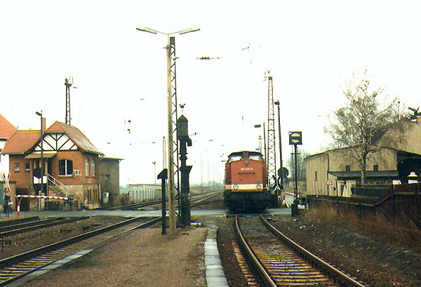 """Diese Bahnszenarie aus Stumsdorf aus dem Jahr 1996 ließe sich heute nicht mehr darstellen. Der Wasserkran, das Sperrsignal und die 201 225 sind längst verschwunden. Thomas Nitsch beobachtete das """"Lokumsetzen"""" im Endbahnhof. Ein Jahr später war dies auch nicht mehr möglich, da die Deutsche Bahn AG im Zuge ihrer Rationalisierungsmaßnahmen zwei Weichen demontierte."""
