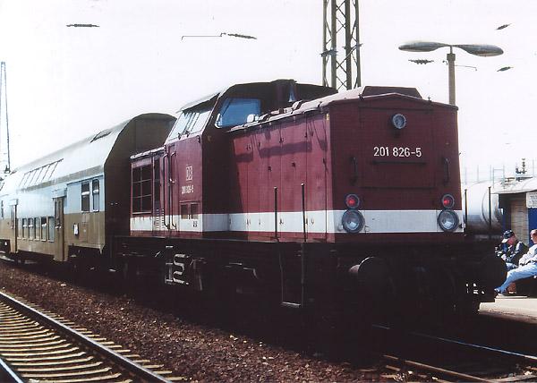 Aus Stumsdorf ist soeben der Regionalzug am Bitterfelder Bahnsteig 5 angekommen. Nach einer kurzen Pause wird sich 201 826 am 04. Juni 1996 mit dem Doppelstocksteuerwagen auf die Rückfahrt begeben.