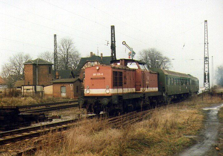 Aufgrund von Oberbauschäden setzt sich die 201 225 mit zwei Reisezugwagen aus dem Bahnhof Stumsdorf nur langsam in Bewegung.