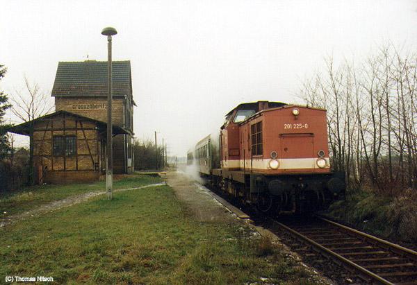 Auch wenn auf der dokumentierten Bahnszene kein Reisender Ein- oder Ausstieg: Im Haltepunkt Großzöberitz hielten die Reisezüge auch noch im Jahr 1996 planmäßig.