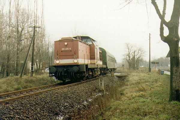 Auf der Höhe des Sandersdorfer Strandbades, beschleunigt 201 225 nach dem passieren eines kleinen Bahnüberganges ihren Zug nach Stumsdorf.