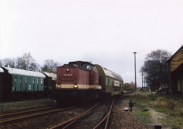 Im Jahr 1995 stellte die Deutsche Bahn zwei Doppelstocksteuerwagen für die Bahnstrecke zur Verfügung, weshalb das Umsetzen in den Endbahnhöfen Bitterfeld und Stumsdorf fortan erspart blieb. Vorangegangen waren Gespräche mit der Bahn AG, auf der Bahnlinie anstelle der lokbespannten und unwirtschaftlichen Wendezüge, die vorher zum Teil als Doppeltraktion verkehrten, zwei Leichtriebwagen für den Personenverkehr einzusetzen. Als sich in Zörbig am 15. November 1995 die 202 310 mit ihrem Steuerwagen auf die Fahrt nach Stumsdorf begibt, war an die Umstellung auf Triebwagen noch nicht zu denken.