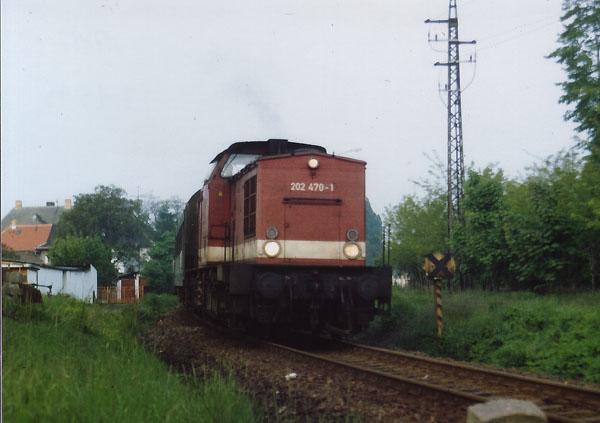 """Ausfahrt Sandersdorf am 21. Mai 1995: Die 202 470 steuert ihrem nächsten Halt """"Grube Antonie"""" an."""