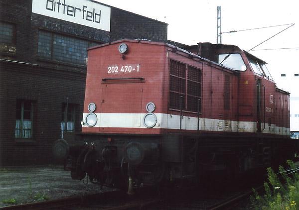 """Die 202 470 gehörte zum festen """"Inventar"""" der """"Saftbahn"""". Am 24. August 1994 stand sie noch am Bitterfelder Lokschuppen abgestellt und wartete auf neue Zugleistungen."""