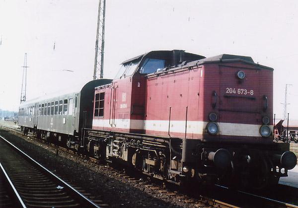 Die stärke Motoren-Version der Lokbaureihe V100, die Baureihe 204, bespannte am 07. August 1994 einige Nahverkehrszüge zwischen Bitterfeld und Stumsdorf.