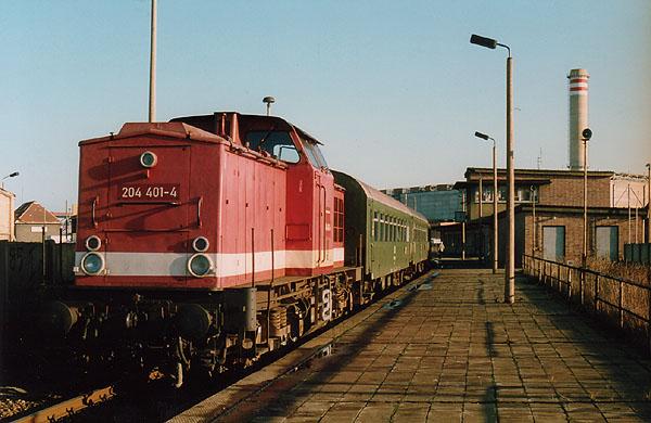 Auch nach dem Rückgang der Aus- und Zustiege im Berufsverkehr am Haltepunkt Grube Antonie, hielten nach wie vor dort die Personenzüge.<br>In der Vergangenheit wurde der Bahnhaltepunkt überwiegend von Berufsschülern genutzt. Auf dem Bild verlässt die 204 401 mit einem Nahverkehrszug den Haltepunkt im Jahr 1993.
