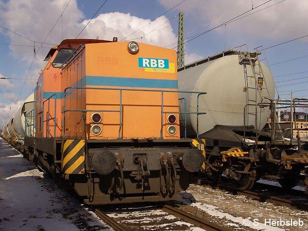 Umgeben von einigen Bahnwaggons, wartet am 27. Februar 2005, die V 142 im alten RBB-Farbkleid auf nächste Arbeitseinsätze.