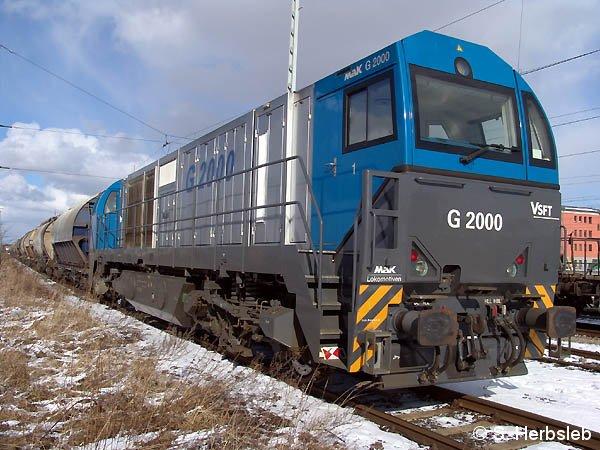 Vor einem Güterzug nach Scharzfeld hat sich am 27. Februar 2005 die angemietete G 2000 startklar gemacht. Ungewöhnlich ist bei der Lok der Aufstieg zu den Führerständen, wie das Bild deutlich macht.