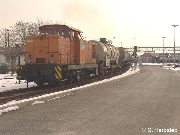 Im Bitterfelder Chemiepark ist am 3. März 2005 die Lok 23 unterwegs, die mehrere Kesselwagen aus Kasachstan am Haken hat.