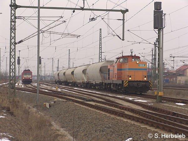 Vor dem nachmittaglichen Güterzug Bitterfeld - Torgau, wartet V 142 am 7. März 2005 auf Ausfahrt in Richtung Delitzsch. Zuvor wird aber ein Nahgüterzug (links) nach Leipzig die Gleise kreuzen.