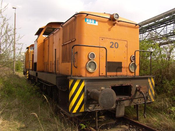 Lok 20 am 30. April 2005 auf einem zugewachsenen Abstellgleis. Einige Maschinenteile waren bis dato bereits demontiert.