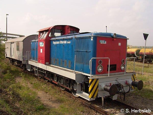 Neben der Lok 24 trägt nun auch Lok 22 das aktuelle Farbkleid des Eisenbahnunternehmens. Sie kam bislang auf einem Containerterminal in Erfurt zum Einsatz. Am 30. April 2005 war sie in Bitterfeld anzutreffen.
