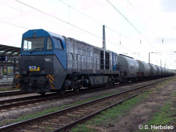 Aus Scharzfeld ist am 17. Juli 2005 die G2000 in Bitterfeld angekommen. Obwohl bei der RBB eingestellt, trägt sie noch ihr Vorgängerlogo der Bayrischen Cargo Bahn / BCB.