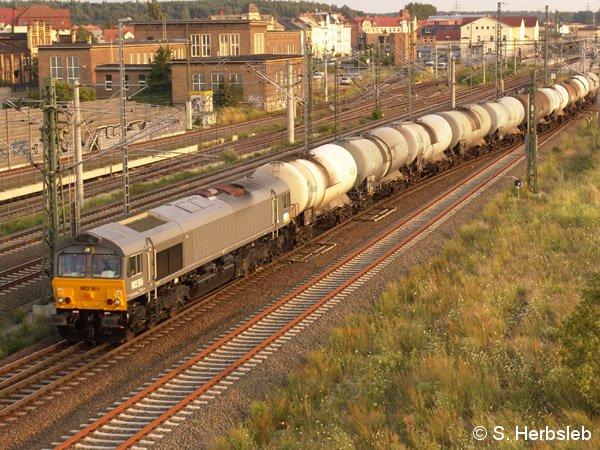 Auf den Weg in Richtung Dessau fährt am 19. Juli 2005 die MRCE 561-5 aus dem Bahnhof von Bitterfeld.