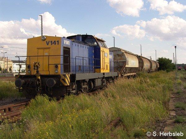 Abfahrbereit nach Staßfurt; mit V141 und ihren Schüttgutwagen am 31. Juli 2005 in Bitterfeld.