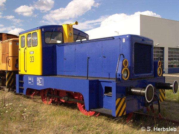 Seit dem 10. Juni 2005 trägt die Lok 33 das neue Farbkleid der RBB. Wo das Triebfahrzeug der Baureihe V22 ihren Einsatz findet, ist noch nicht bekannt. Am 31. Juli 2005 stand sie an der Werkshalle in Bitterfeld abgestellt.