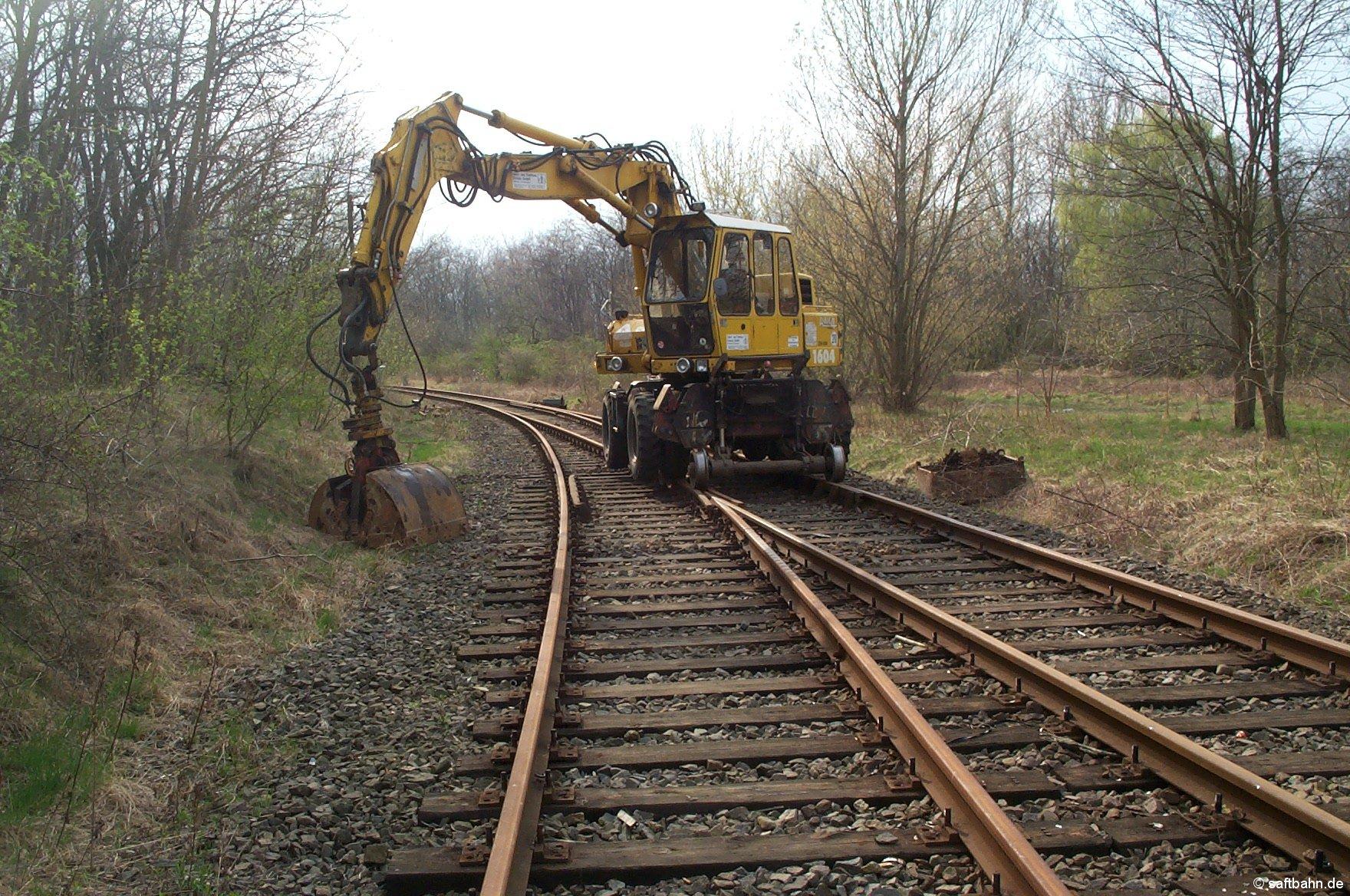 Zum Reaktvierungsprozeß gehört auch der Gleisrückbau im Bahnhof Sandersdorf. Am 20. April 2005 begannen die Vorarbeiten für den Abbau von drei Weichen.