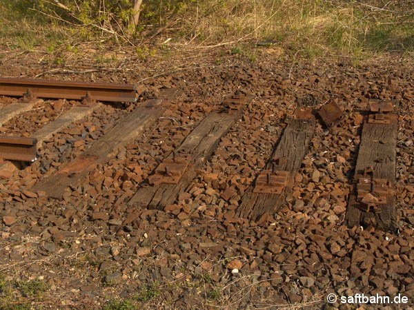 Um höhrere Achslasten auf der Bahnstrecke zu fahren, mussten marode Bahnschwellen ausgebaut werden. Bis betraf auch den Rückbau einer Weiche zur einstigen Ladestraße in Sandersdorf. Am 23. April 2005  sind bereits die Schienenprofile demontiert.