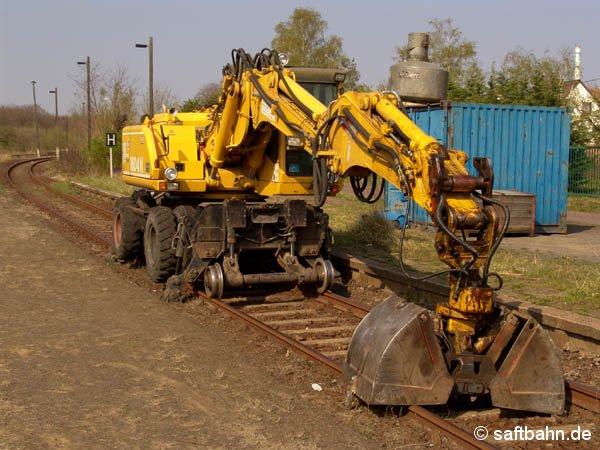 Für die Bauarbeiten setzte das Gleisbauunternehmen mehrere Zweiwege-Bagger ein. Am 23. April 2005 stand ein Bagger in Sandersdorf auf Gleis 1 abgestellt.