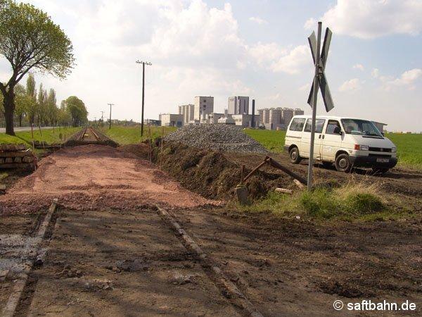 Neu angelegten Schotterunterbau für den Gleislückenschluss mit einer Weiche, in das Zörbiger Gewerbegebiet Ende April 2005.