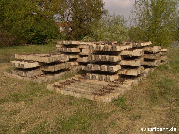 Altbrauchbare aber gut erhaltene Betonschwellen, setzte man anstelle der drei ausgebauten Weichen ein.