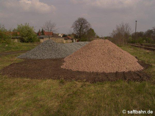 Einen großen Schotterplatz legte man auf der ehemaligen Ladestaße in Sandersdorf an. Der Bahnschotter wurde für den neuen Oberbau benötigt.