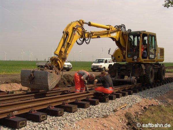Am 03. Mai 2005 erfolgte am Bahnkilometer 13,5 der Einbau einer neuen Weiche. Zum Einsatz kam auch hier ein Zweiwege-Bagger.