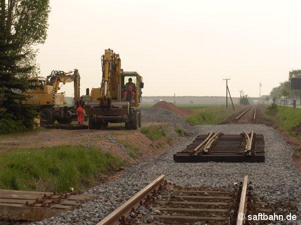 Ein neuer Weicheneinbindepunkt entstand auch in Großzöberitz. Am 03. Mai 2005 legte das Bauunternehmen die neue Weiche auf das Gleisbett.