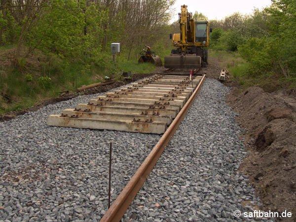 Die Verlegung der neuen Betonschwellen in Sandersdorf, waren am 05. Mai 2005 schon weit voran gekommen.