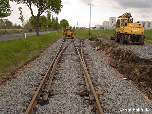 Nach Einbau der neuen Weiche in Zörbig, erfolgte die Schotterverdichtung mit einer Stopfmaschine. Gleisbaustelle am 08. Mai 2005 nahe Zörbig.