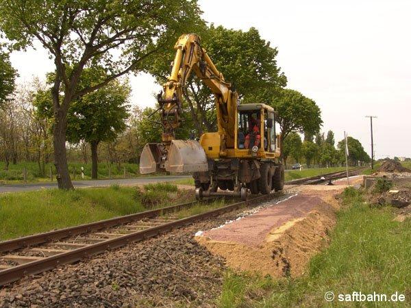 Ein Zweiwege-Bagger pendelte ständig zwischen den Baustellen in Sandersdorf und Zörbig und nutzte auch am 20. Mai 2005 den direkten Schienenweg.