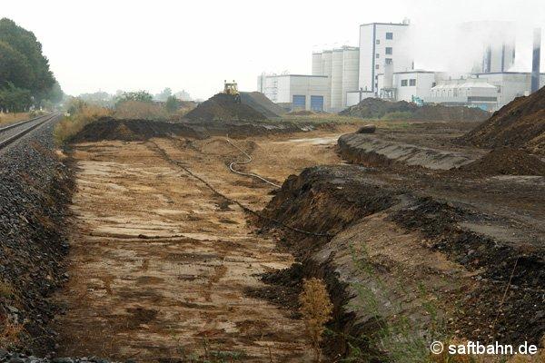 Am 27. September 2006 waren die Tiefbauarbeiten erledigt, sodass daraufhin eine erste Schotterschicht auf dem zukünftigen Verbindungsgleis aufgetragen werden kann.