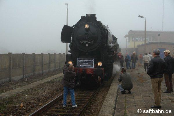 Nach der Einfahrt des Leerreisezuges in Grube Antonie, wird er als P111 weiter nach Zörbig fahren. Zuvor wurde der Jubiläumszug von zahlreichen Eisenbahnfreunden auf Foto abgelichtet.
