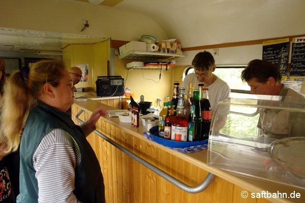 Nicht nur in Zörbig konnten sich die Fahrgäste stärken. In einem Bistro-Abteil im Sonderzug konnte gespeist werden. Die Mitglieder des Vereins