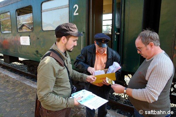 Der Philatelistenverrein 1950 Zörbig e.V. bot nicht nur in den Züge die Sonderdrucksachen an. Auch auf den Haltepunkten konnten die Anwohner die Erinnerungsbelege erwerben.