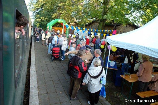 Volksfestartige Stimmung auf dem Hausbahnsteig in Zörbig.