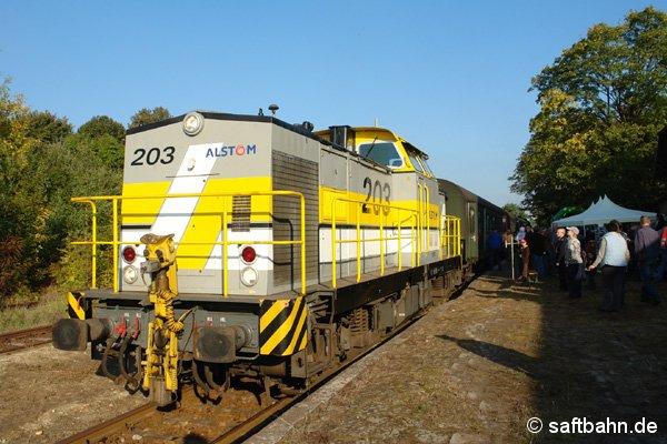Mit dem Sonderzug P116 hing sich auch die Diesellok V100 an den Zugschluss.
