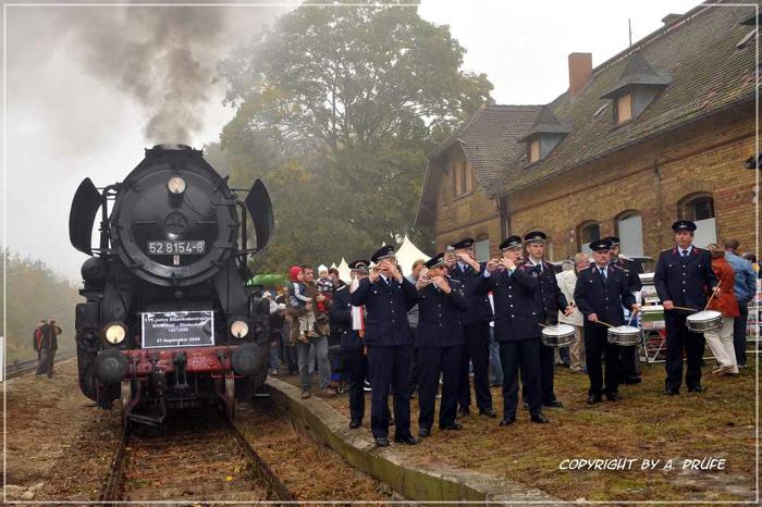 Feierliche Begrüßung des ersten Sonderzuges im Bahnhof Zörbig durch den Spielmannszug der Freiwilligen Feuerwehr Zörbig.