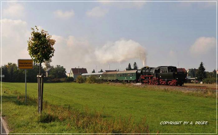 Mit Tender voraus fährt der Zug aus dem Haltepunkt Heideloh.