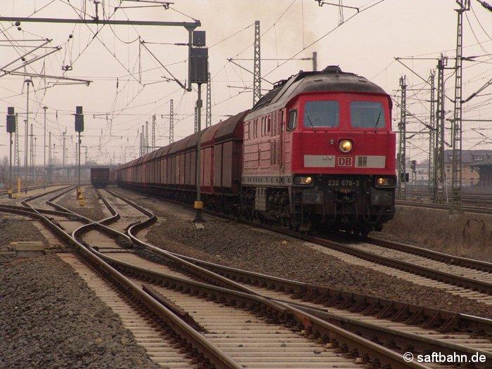Mit einem langen Leerkohlezug aus Dessau durchfährt am 20.02.2006 die russische Großdieselok 232 678-3 den Bahnhof Bitterfeld in Richtung Leipzig.