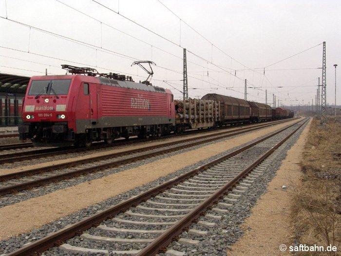 Zur planmäßigen Überholung einer Regionalbahn, wurde am 20.02.2006 ein Güterzug mit E-Lok 189 094-6 auf die Gütergleise geleitet und wartete auf die Weiterfahrt in Richtung Dessau.