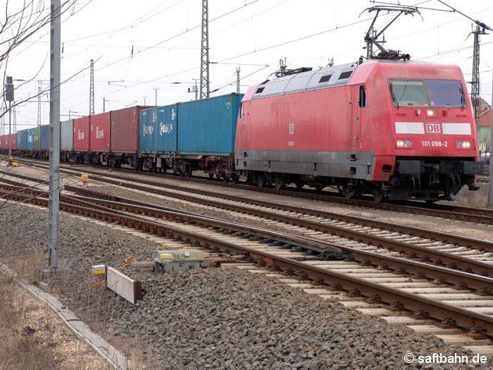 Die Baureihe 101 findet man normalerweise vor schnellen IC-Zügen. Am 28.03.2006 zog die 101 098-2 umlaufbedingt einen Containerzug von Hamburg nach Leipzig.