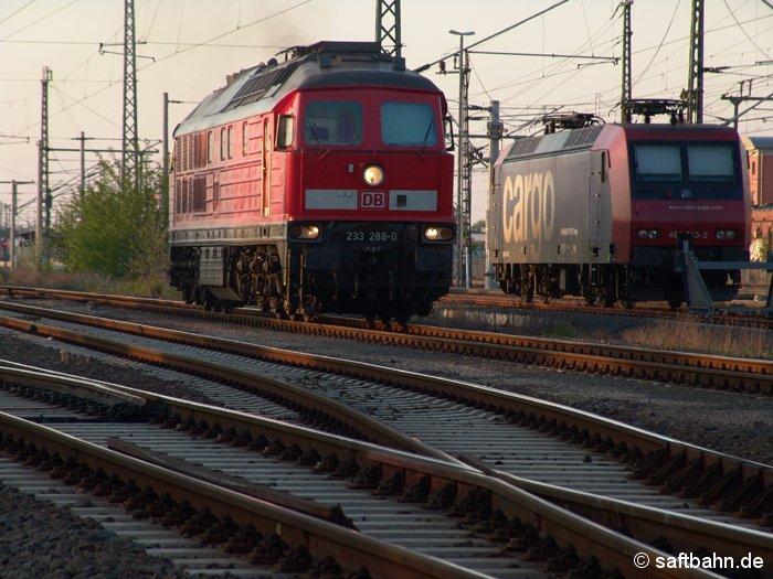 Warten auf das Ausfahrsignal: 232 288-0 in Bitterfeld am Abend des 10.05.2006.