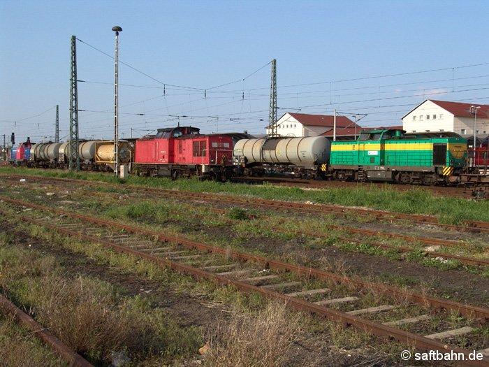 Ein V100-Treffen gab es am 12.05.2006: Die InfraLeuna Lok V100 (rechts) übernimmt für die Leuna-Werke einige Kesselwagen. Zwei Stunden später setzt die DB AG auch ihre V100-Lok (298 088-6) für Rangierarbeiten ein.